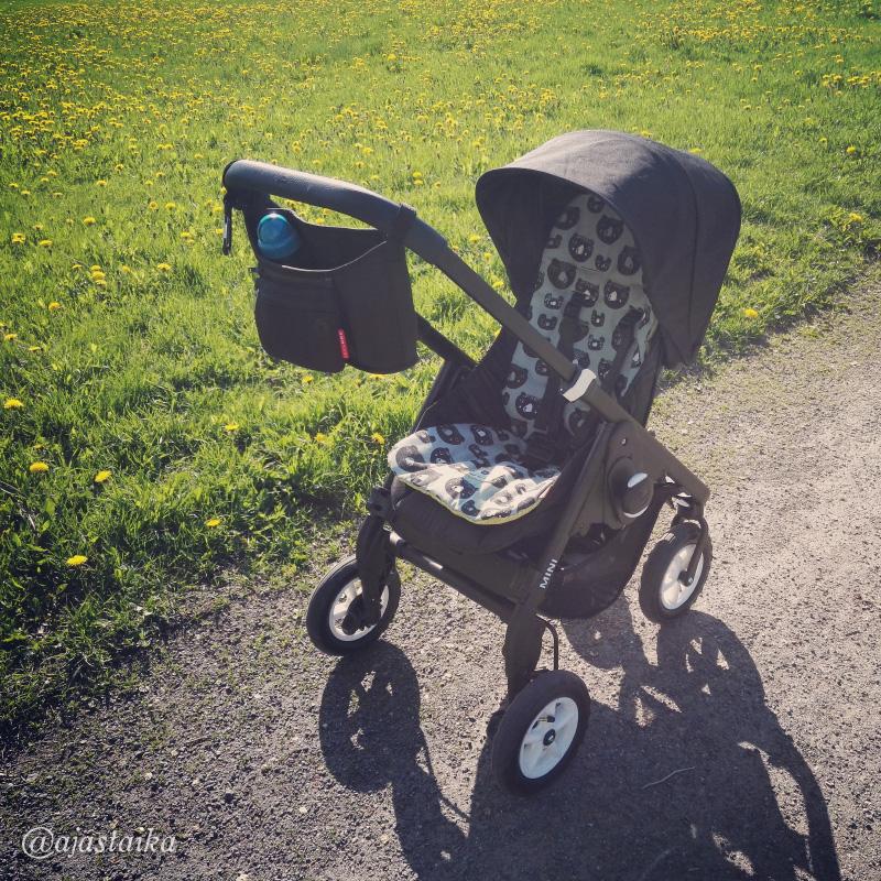 Päivän Minit. #stroller #easywalker #easywalkermini #easywalkermini2013 #mamasandpapas #skiphop #strollerobsession #barnvagnar #lastenvaunuhullut #vaunuhullu #spring #green #yellow #dandelions #latergram