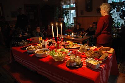 Joulupöytä katettu