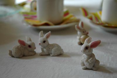 Pääsiäispuput kahvipöydässä