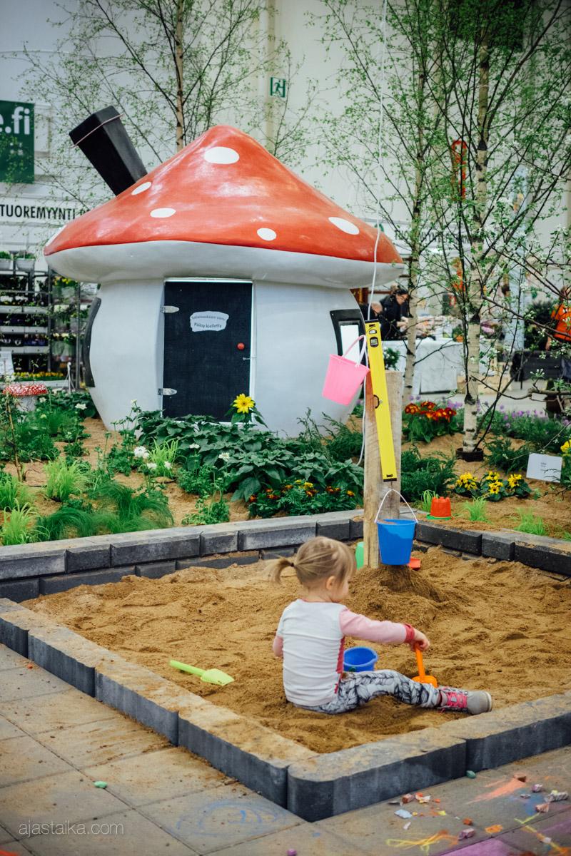 Sienitalo ja hiekkalaatikko
