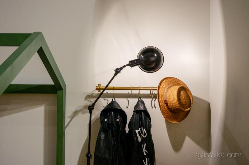 Signals-näyttelyssä Puusepänliike Mööpelin talosänky