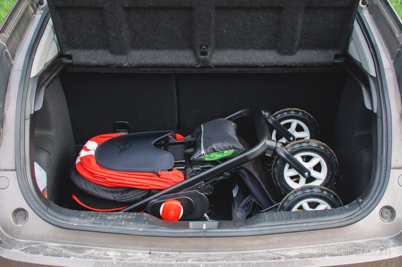 Minit viistoperä-Civicin (vm. 2012) takakontissa