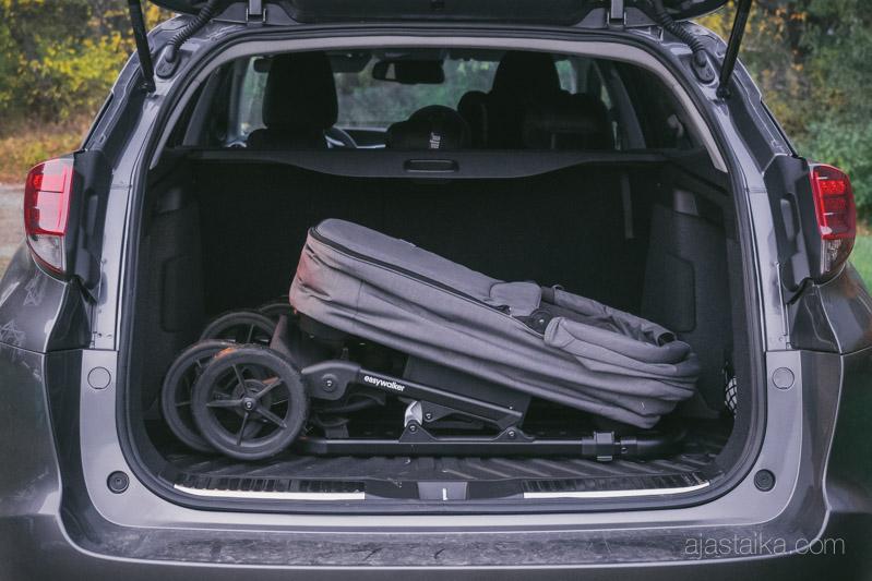 Easywalker Mosey vaunukopalla Honda Civic Tourerin takaluukussa